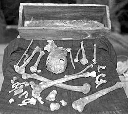 Magnus' relikvier, fotografert kort etter at de ble gjenfunnet. (Foto: Orkney Library Image Archives)