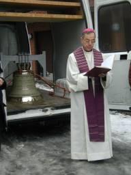 Biskop Schwenzer velsigner klokken