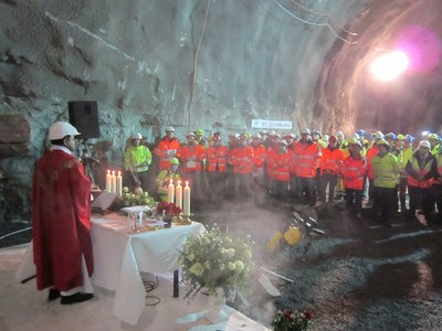 P. Bharat feirer messe i tunell Barbaras dag