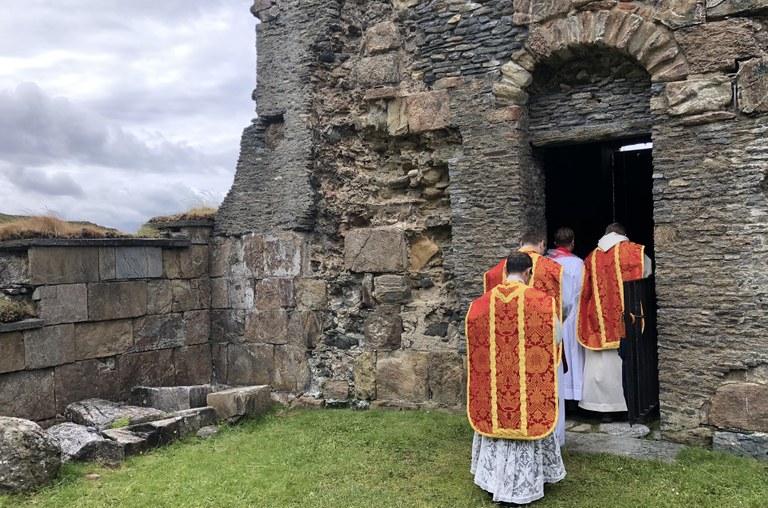 Messen utgangsprosesjon inn i klostertaarnet Ragnhild.jpeg