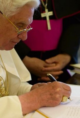 Benedikt signere encyklika