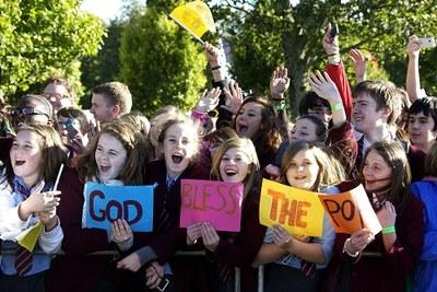 Barn hilser paven i Glasgow
