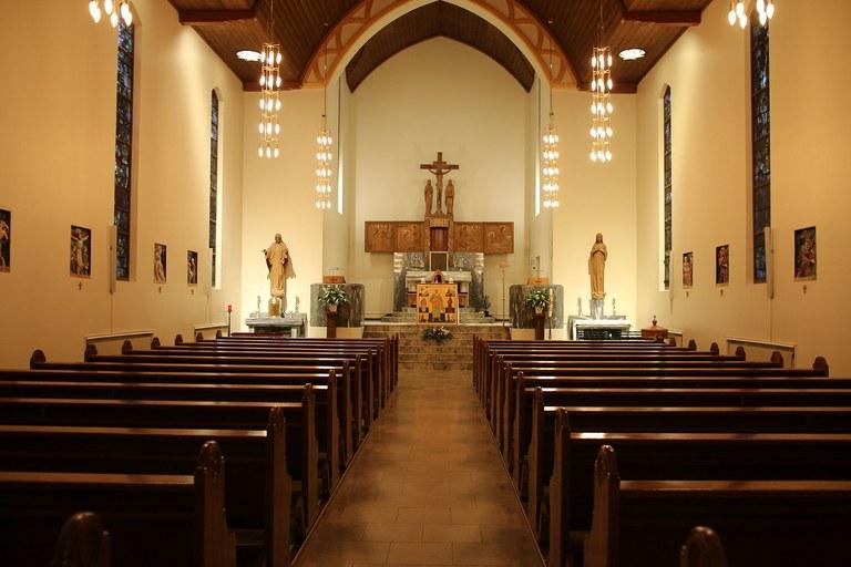 Kirkerommet sett fra døren mot alteret 2