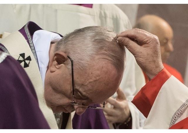 pave Frans mottar askekorset.jpg