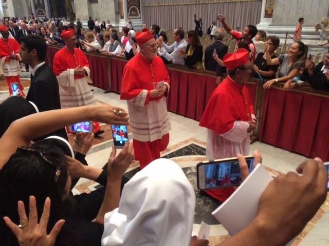 Kardinal Aborrelius på vei ut.JPG