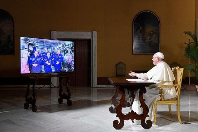 Paven snakker med astronauter.jpg