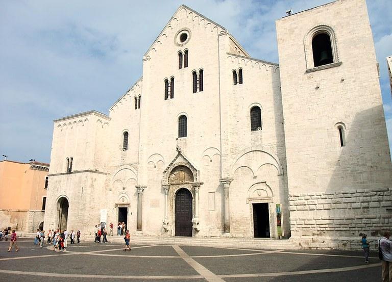 800px-Bari-San_Nicola06.jpg