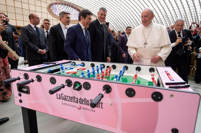 Paven og fotball_VATICAN MEDIA HANDOUT.jpg