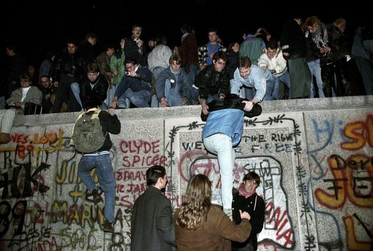 Berlinmuren.1.ungdom opp på mur.jpg