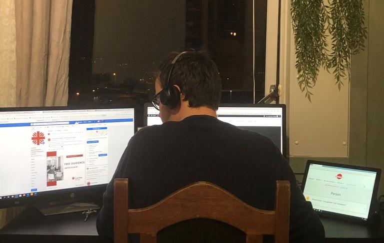 Nå sitter frivillige og ansatte og gir veiledning over telefon og internett hjemmefra..jpg