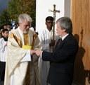 Entrepenøren overrekker kirkens nøkler til sognepresten