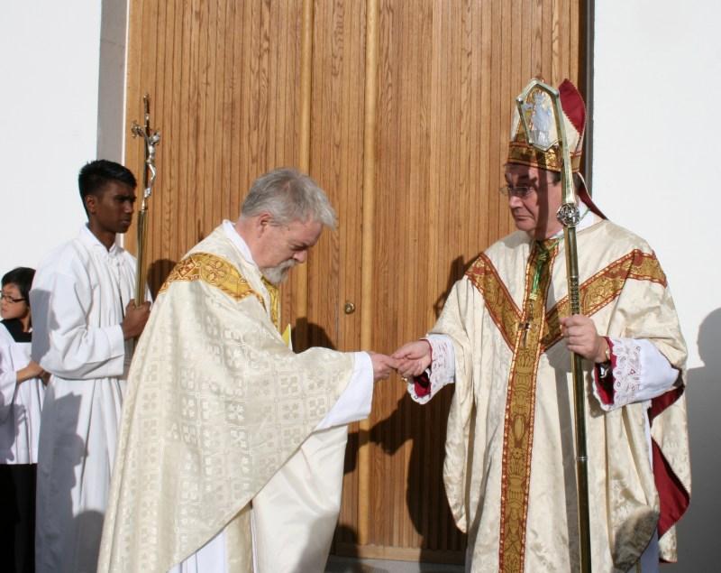 Sognepresten overrekker kirkens nøkler til biskopen