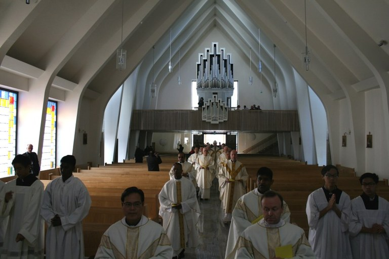 Kirken er mørk under inngangsprosesjonen