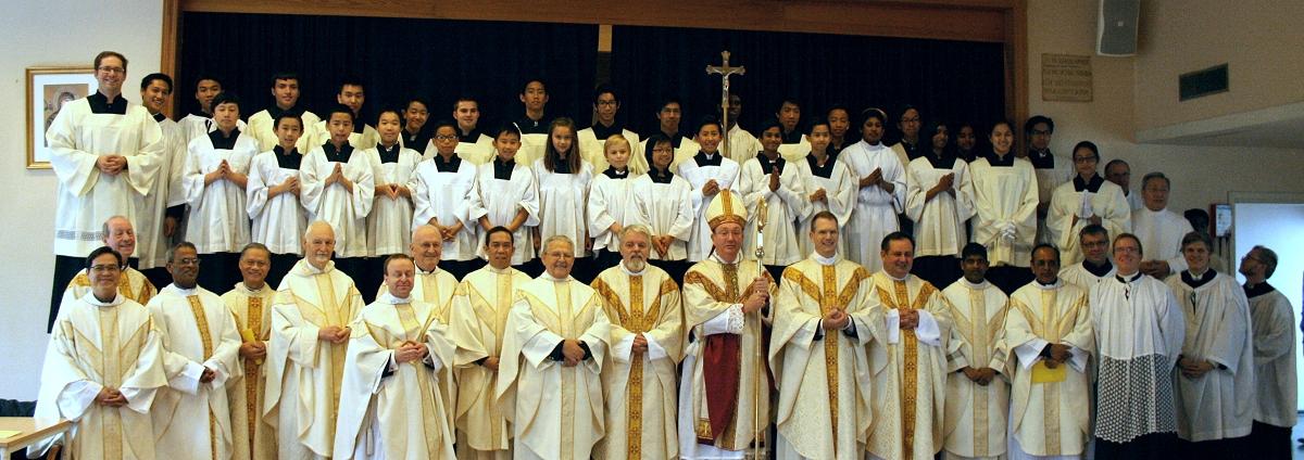 En armé av geistlige og ministranter deltok
