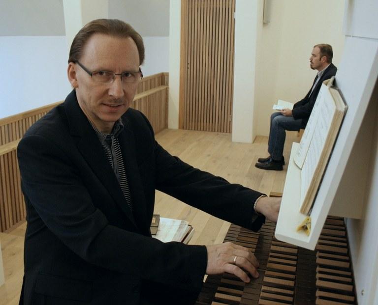 Ved orgelet satt Zbigniew Slaby